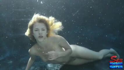 Под водой рыжая малышка отлично посасывает член парня