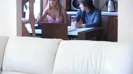 Парни по очереди трахают красивую русскую блондинку снимая на видео