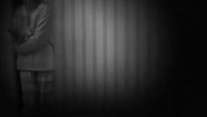 Ночью похотливая мачеха захотела секса на молодом члене