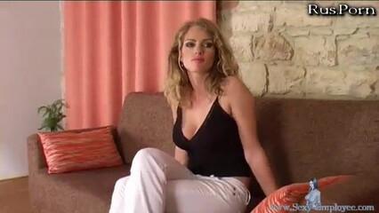 Русская сиськастая блондинка трахается и ест сперму на кастинге