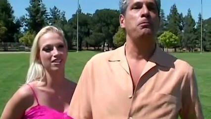 Анальный секс красивой латексной блондинки с большими сиськами
