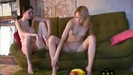 Молодые лесбиянки делают нежный кунилингус друг другу