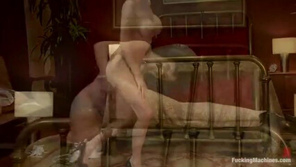 Развратная зрелая брюнетка испытывает секс машину и получает струйный оргазм