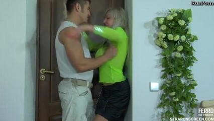 Сиськастая блондинка отжарила своего парня страпоном в очко