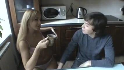 Красивый секс молодой пары с качественным минетом на кухне