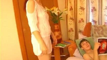 Похотливая русская тётенька попрыгала на члене своего любимого племянника