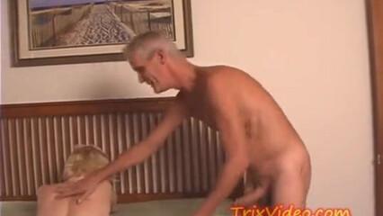 Зрелый мужик возбудил блондинку эротическим массажем и вогнал хуй в мокрую киску