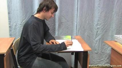 Студент на пересдаче круто засадил свой болт в зрелую учительницу