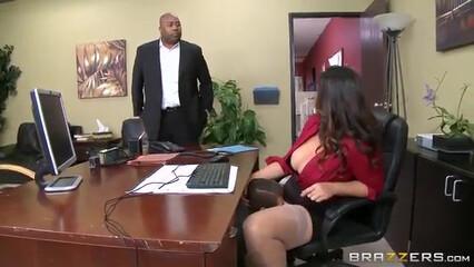 Зрелая начальница за премию уговорила подчинённого на секс
