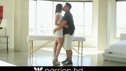 На эротическом массаже симпатичная лапочка раздвинула ноги для секса