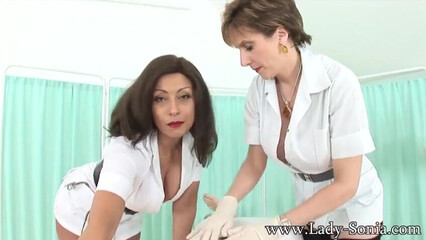 Зрелые грудастые медсестры профессионально дрочат член пациента