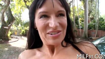 Зрелая баба очень любит заниматься сексом с юным кавалером