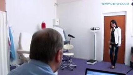 Врач гинеколог приласкал горячую киску своей милой пациентки