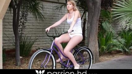 После прогулки на велосипеде девица шпилится в мокрую пилотку