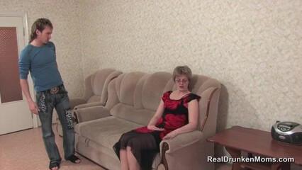Пьяная русская училка раздвинула ноги перед нерадивым студентом