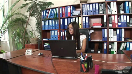 Мускулистый парень в офисе поимел красивую секретаршу
