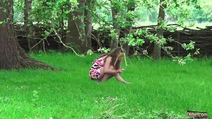 Глупая крошка балдеет от кунилингуса отчима и трахает его член