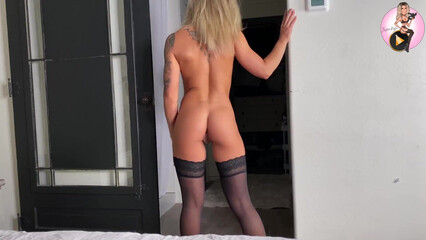 В порно красотка с татуировками и класными сиськами отдается в киску