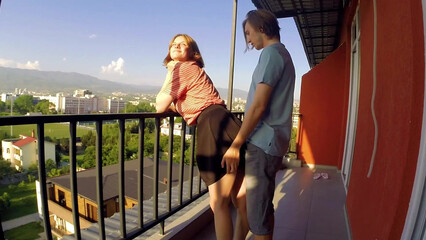 Частное порно молодой пары на балконе во время карантина