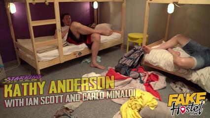 В порно зрелая мамка в гостинице обрабатывает два члена