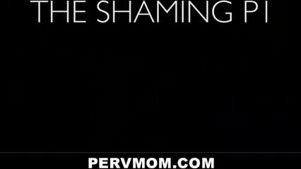 Порно видео с мамкой, которая встала раком на кровати для секса