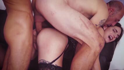 Блондинка в чулках трахается в жопу и письку на порно кастинге