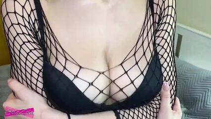 В порно брюнетка в сетчатом наряде занимается крутым сексом с пацаном