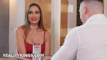 Красивая жена отсосала в туалете официанту, изменив своему мужу